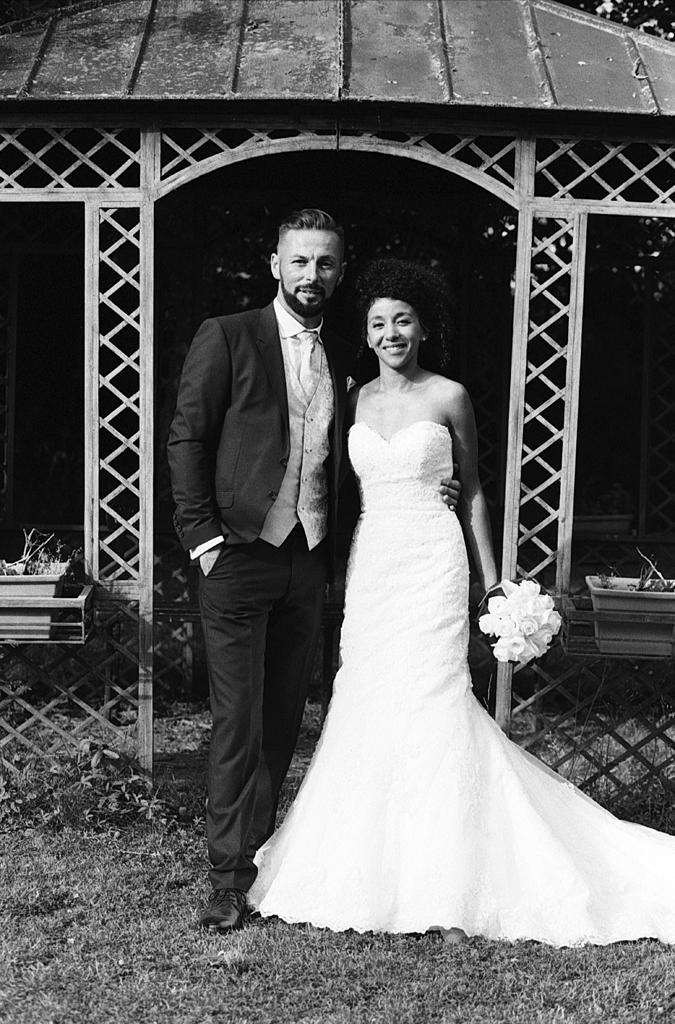 jeune couple devant pavillon parc photo mariage noir et blanc domaine de la chartreuse