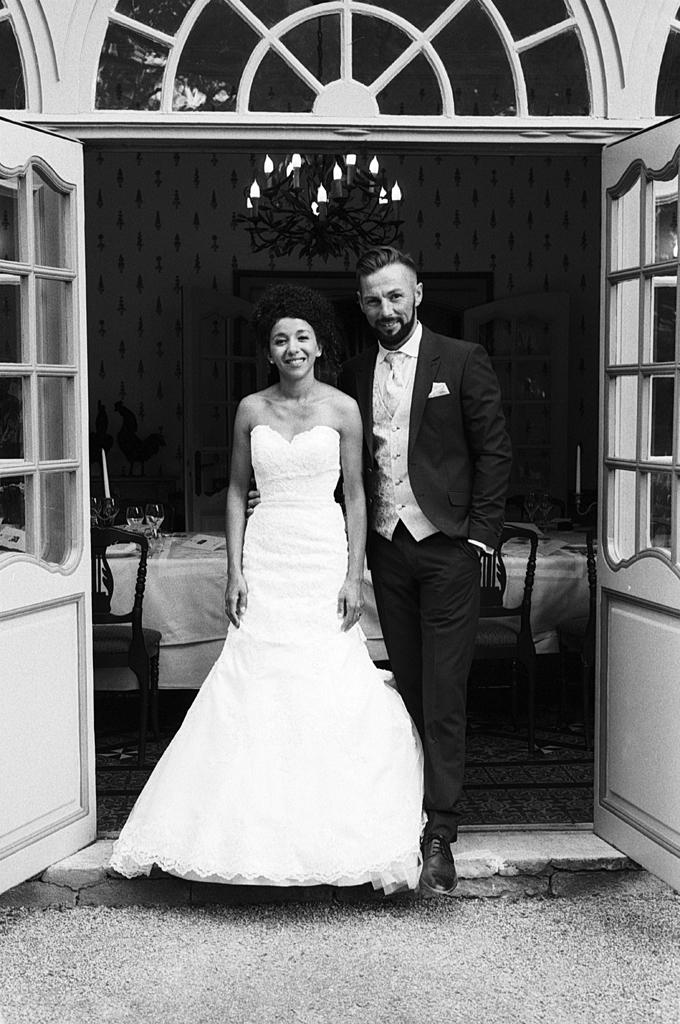 mariage au domaine de la chartreuse a Gosnay portrait noir et blanc jeune couple devant salle reception