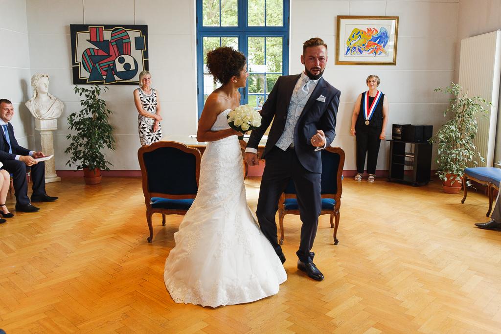 jeune marie laisse eclater sa joie a la mairie photographe mariage professionnel fred laurent