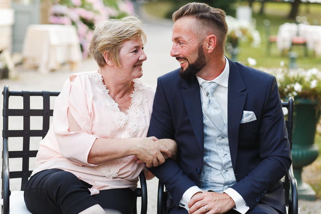 marie et mere assis parc domaine de la chartreuse photographe mariage famille professionnel
