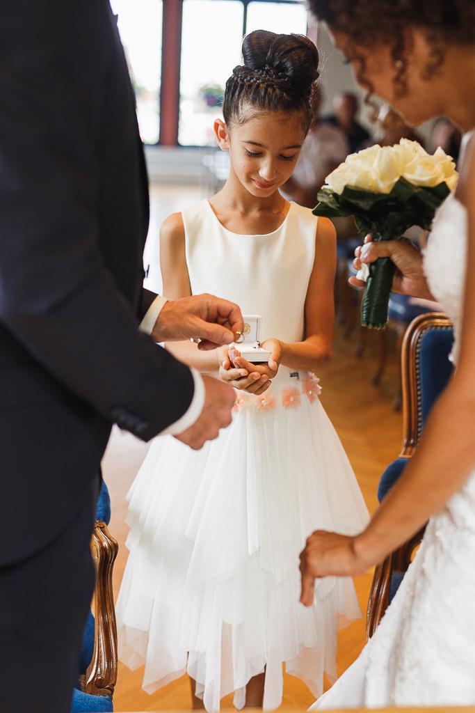 fille d honneur apporte alliances reportage mariage nord photographe pro fred laurent