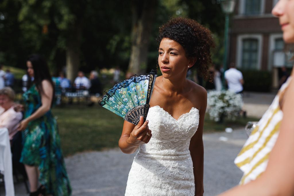 mariee eventail a la main cocktail mariage domaine de la chartreuse a gosnay