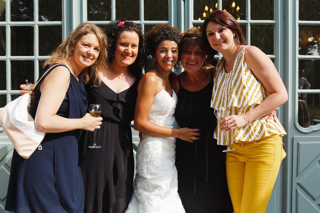 mariee entouree d invitees photo groupe vin d honneur mariage a la chartreuse