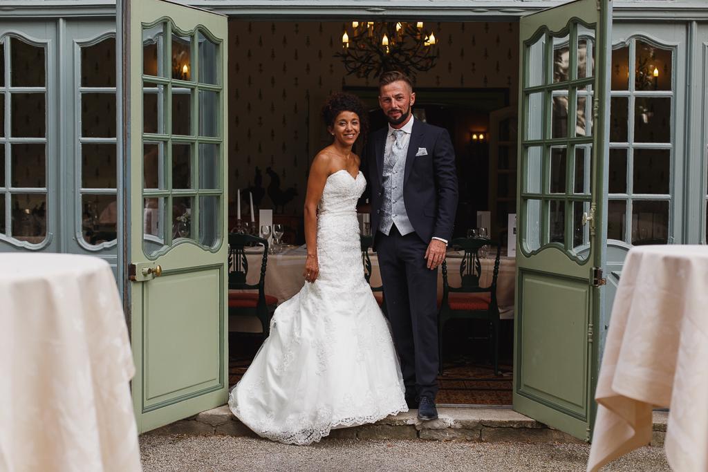 jeune couple entree salle de reception mariage dans domaine haut de gamme pas de calais