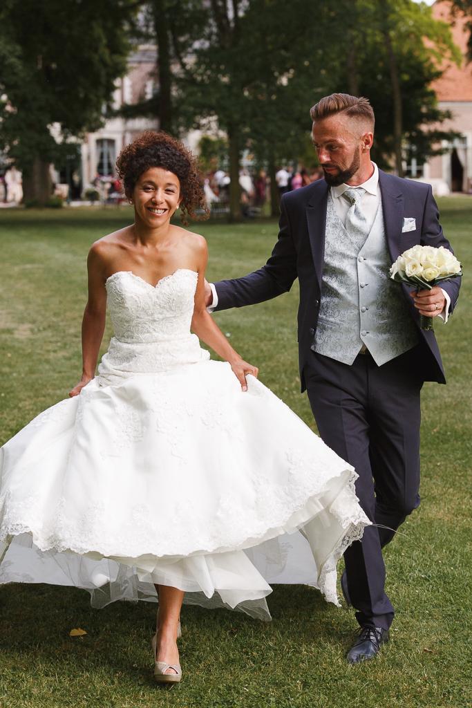 maries marchant dans parc mariage au domaine de la chartreuse a gosnay fred laurent photographe professionnel