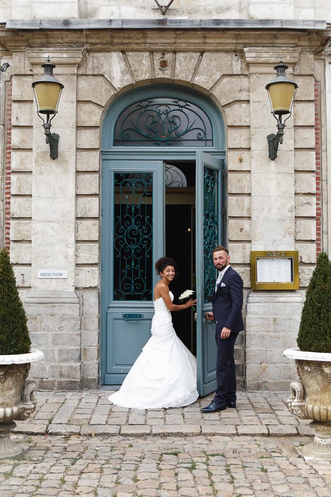 jeunes maries porte entree chartreuse gosnay photographe mariage hauts de france