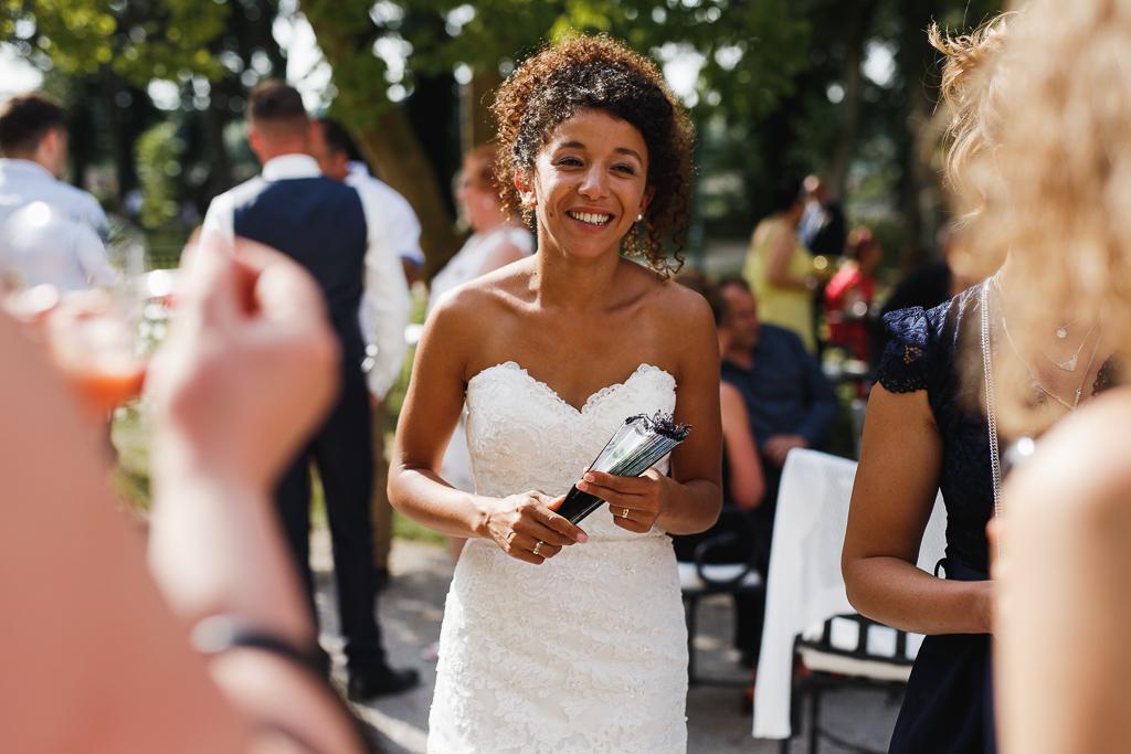mariee avec eventail mariage d ete a la chartreuse gosnay pas de calais