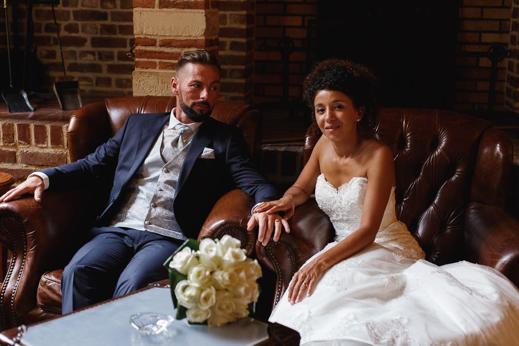 portrait maries assis dans fauteuils de cuir photographe mariage au domaine de la chartreuse