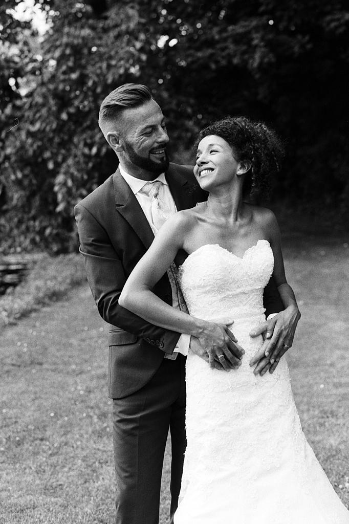 portrait mariage noir et blanc maries se regardant seance couple parc La Chartreuse Gosnay