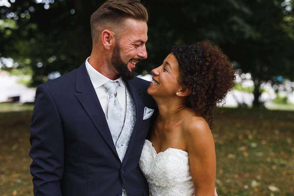 seance couple maries parc portrait rapproche couple se regardant tout sourire
