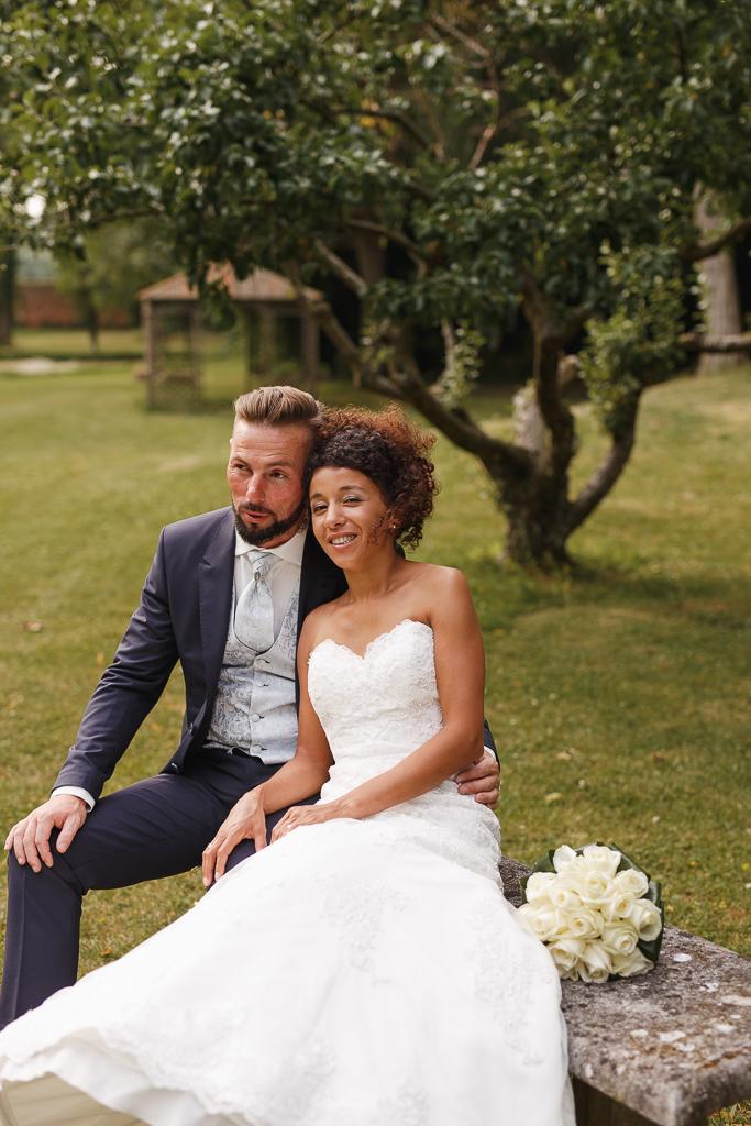 seance couple chartreuse gosnay maries assis sur banc en pierre devant arbre