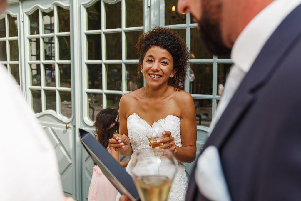 sourire mariee vin d honneur La Chartreuse Gosnay reportage mariage Hauts de France