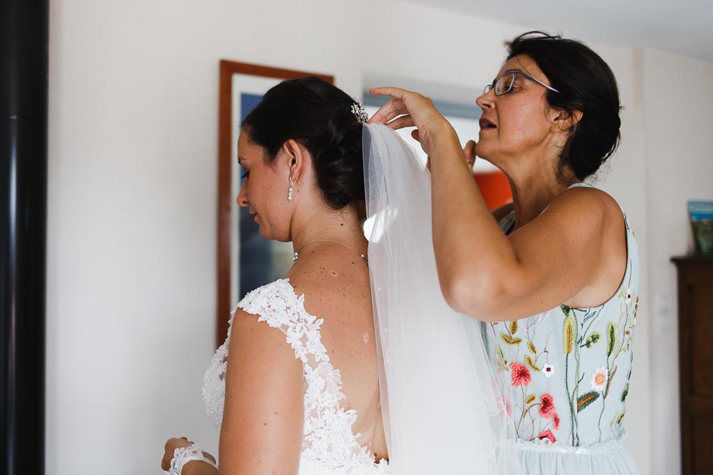 préparatifs de la mariée accrochage du voile