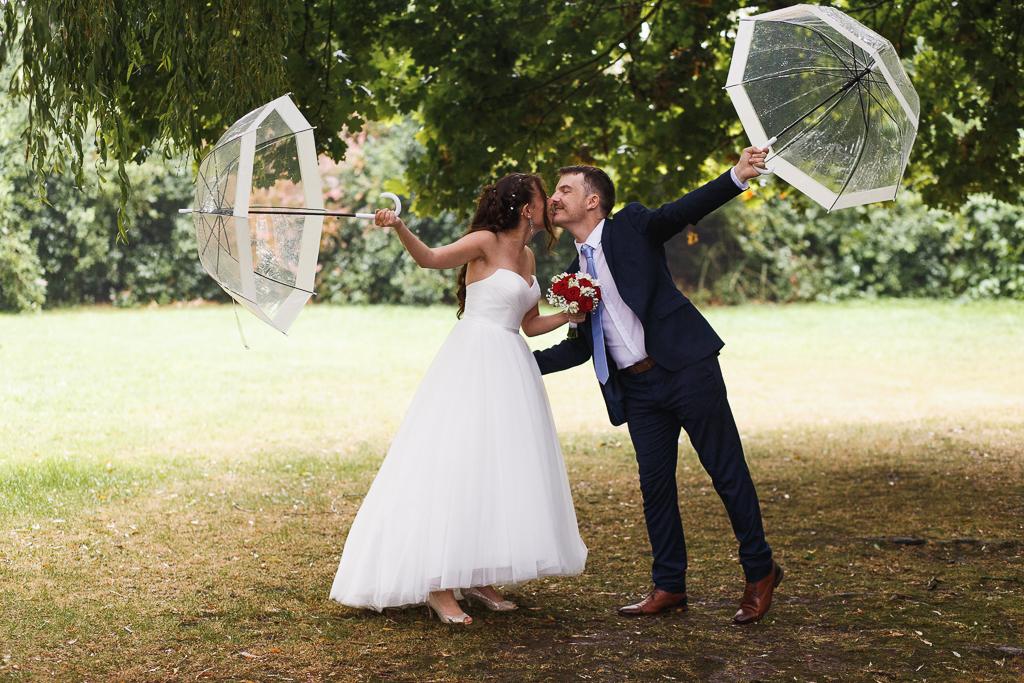 portrait couple parc sous la pluie le bisou
