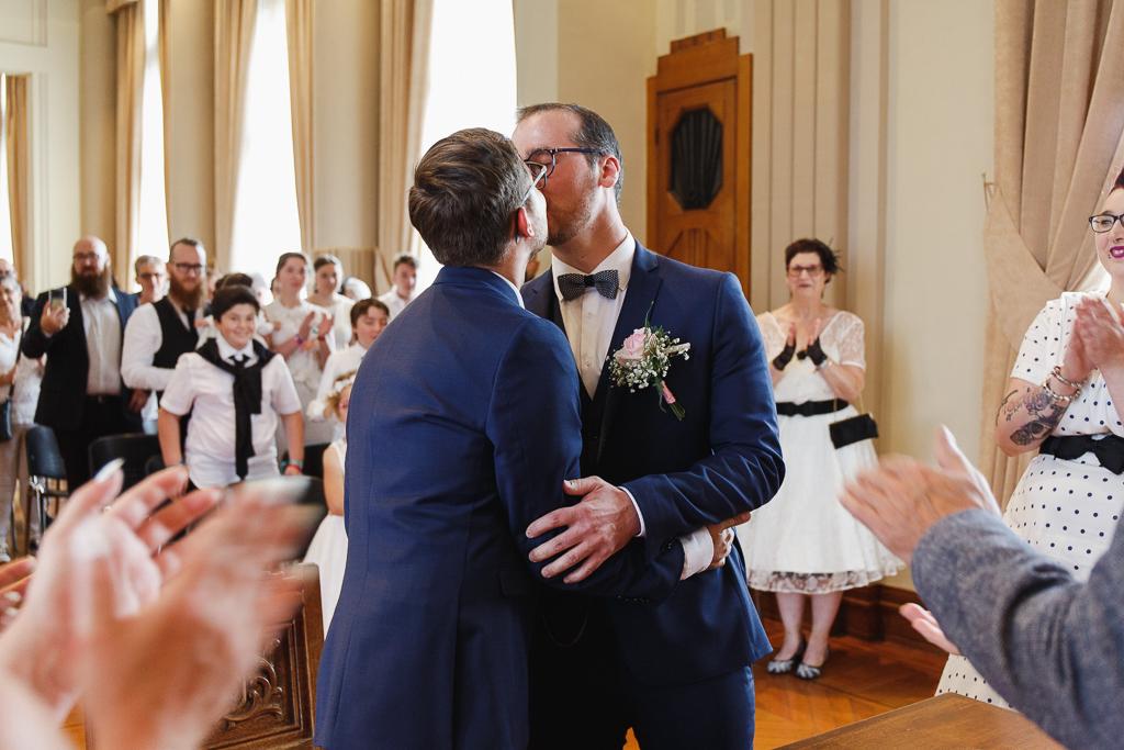 bisou des mariés sous les applaudissements mairie Aulnoye-Aymeries photographe mariage Hauts de France