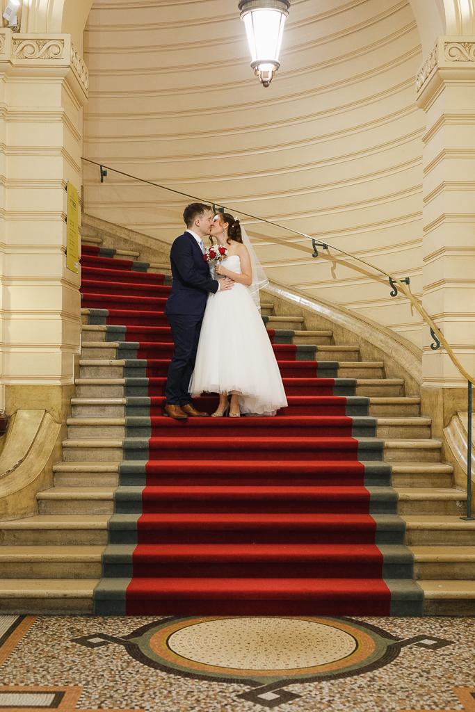 couple fraîchement marié bisou dans escalier tapis rouge mairie Hauts-de- France