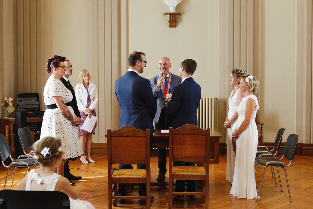 mariage à Aulnoye-Aymeries couple et témoins devant le maire