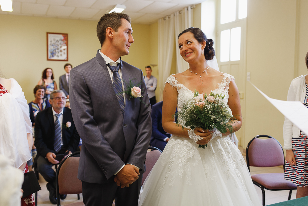 mariage mairie de Licques regard complice du couple