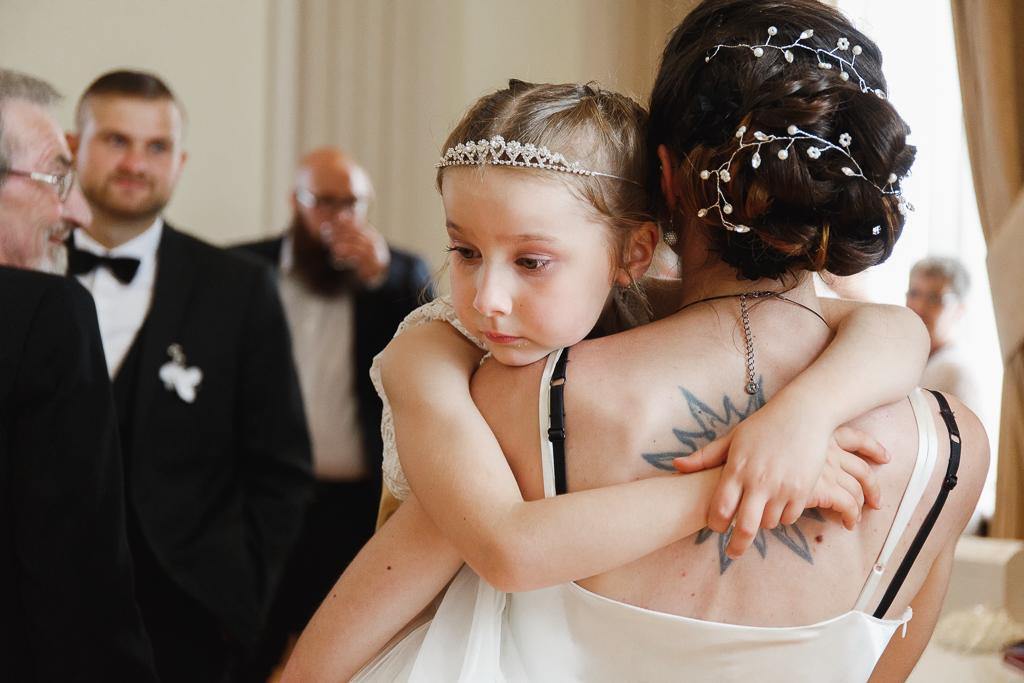 vin d'honneur mairie Aulnoye-Aymeries fille dans bras de sa mère reportage mariage Nord