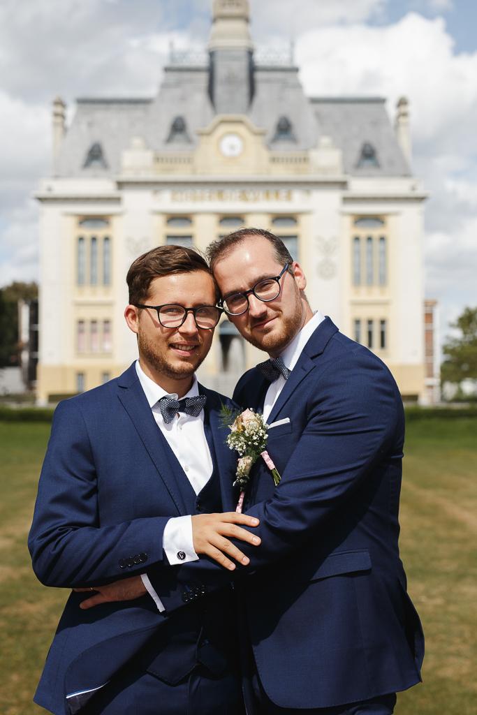 portrait des jeunes mariés devant la mairie d'Aulnoye-Aymeries Fred Laurent photographe professionnel mariage