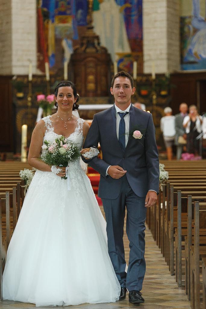 couple fraîchement marié traverse nef église abbatiale Notre-Dame de Licques reportage mariage Hauts-de-France Trois Pays