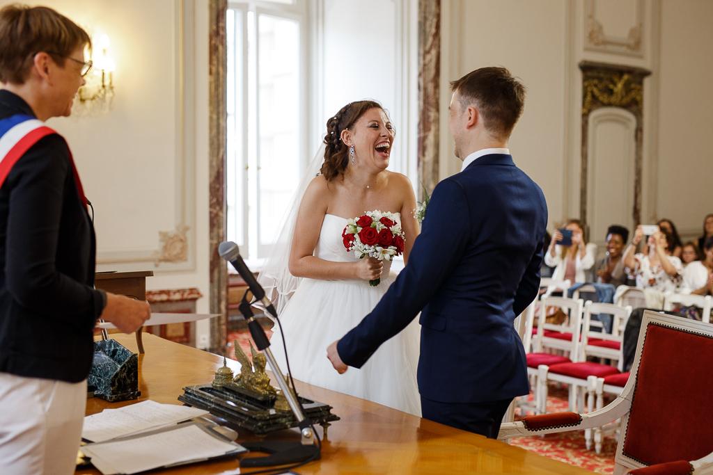 mariés joyeux cérémonie mariage Tourcoing photographe professionnel Lille et environs
