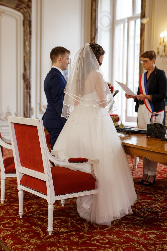 couple mariés vu de dos et Mme la maire instant cérémonie mariage Hauts-de-France
