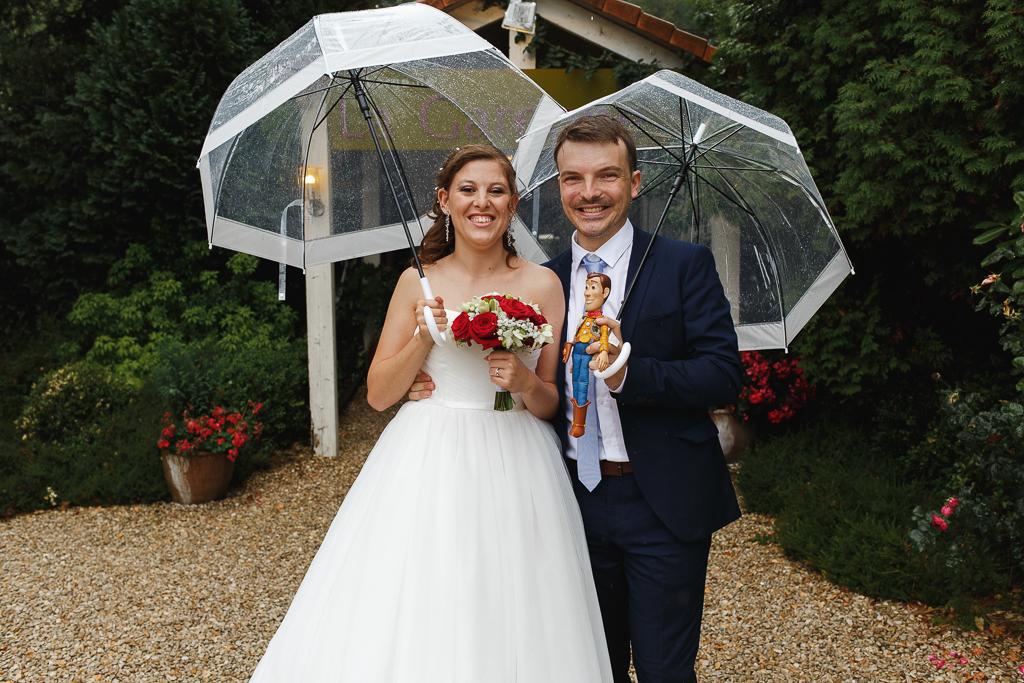 couple mariés sous parapluies avec figurine Woody réception mariage Marcq-en-Barœul Nord