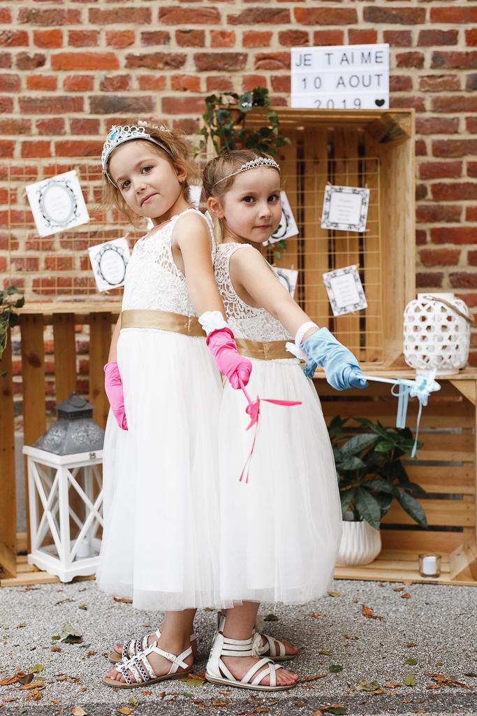 deux petites fées avec diadèmes et baguettes magiques reportage mariage Avesnois Fred Laurent photographe mariage Lille