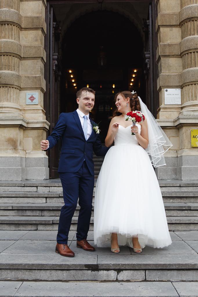 sortie mariés Hôtel de ville Tourcoing Hauts de France couple met ambiance sous la pluie