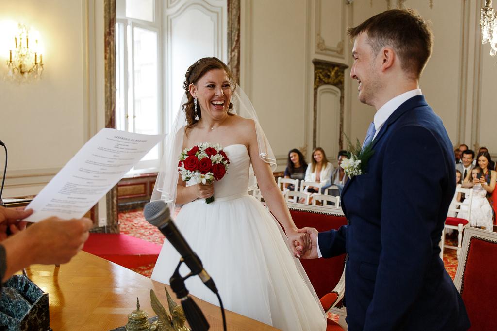 éclats de rire couple cérémonie civile  Tourcoing photographe mariage Lille Nord