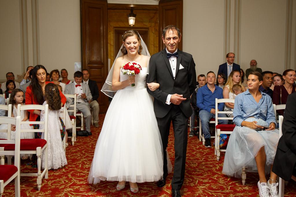 mariage civil Tourcoing entrée mariée au bras de son père