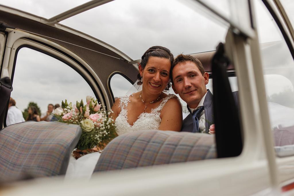 jeune couple mariés dans 2 CV mariage avec touche rétro Hauts de France