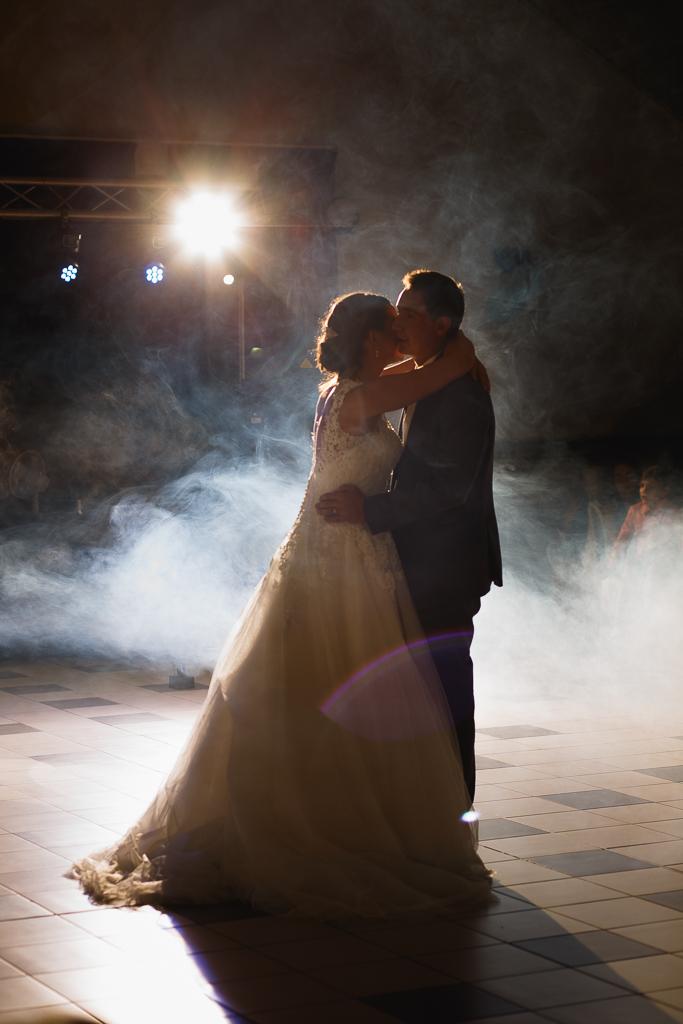 jeunes mariés dansent sous les projecteurs soirée mariage Licques Hauts-de-France