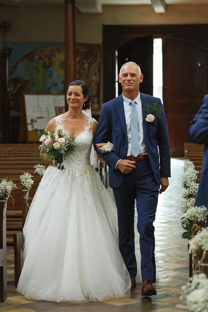entrée église Notre Dame de Licques mariée et père mariage à la campagne Hauts-de-France photographe pro Fred Laurent