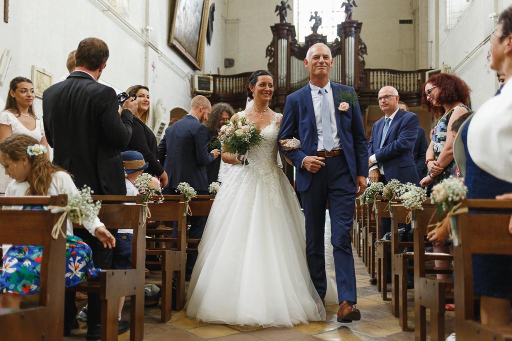 entrée de la mariée au bras de son père mariage à la campagne Licques Hauts-de-France