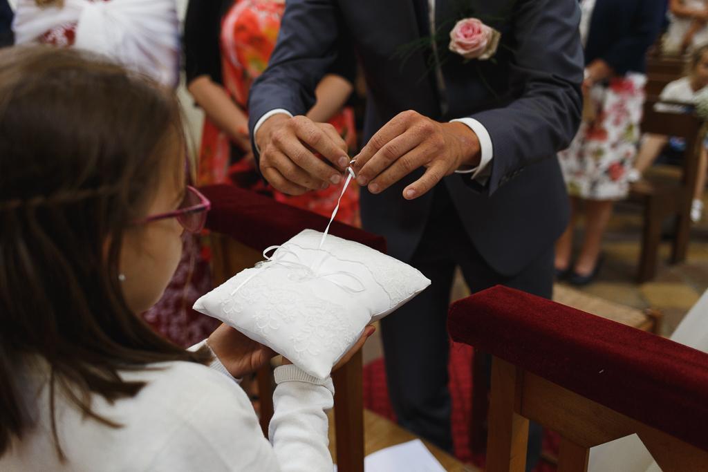 marié détache alliance du coussin photographe mariage Hauts-de-France