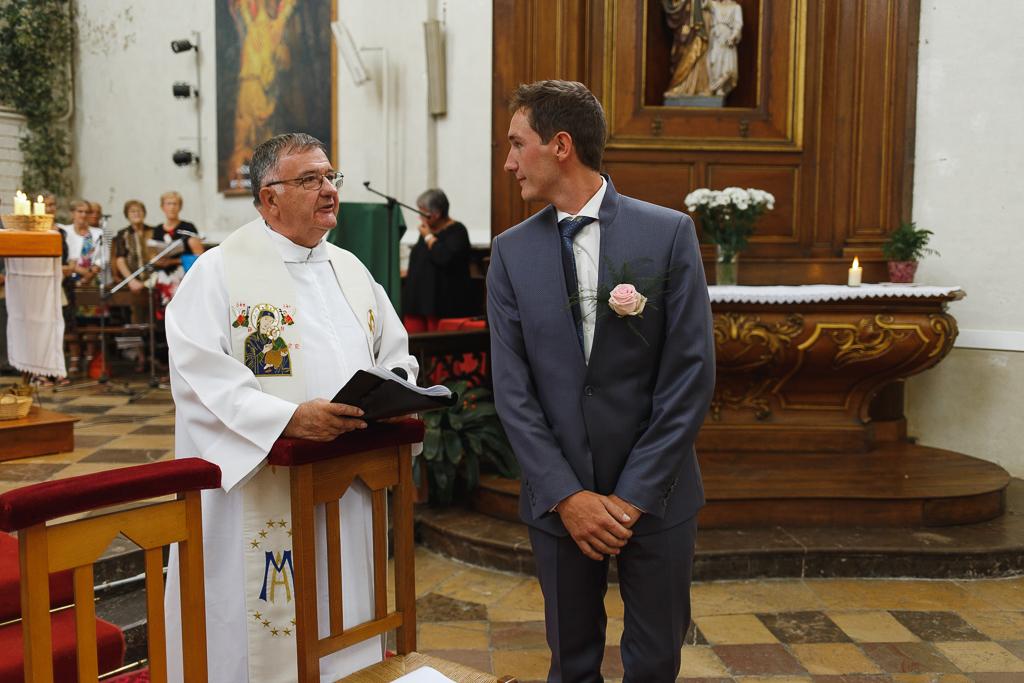 mariage église Licques prêtre et marié photographe professionnel Hauts de France