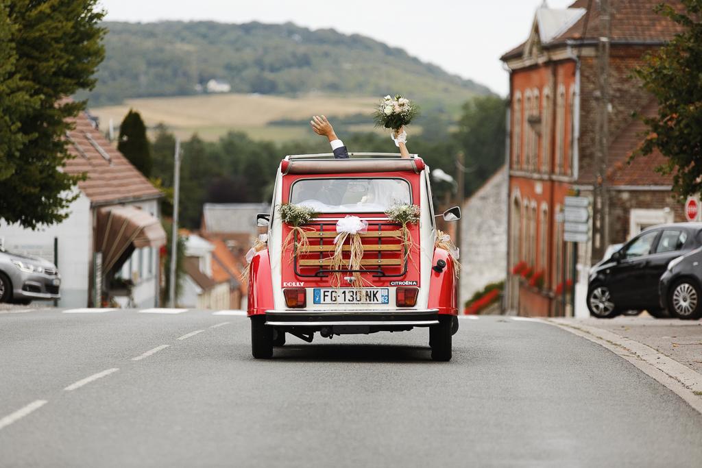 mariage en 2 CV rouge aux Trois Pays départ voiture mariés photographe pro Licques Saint-Omer Ardres Lille