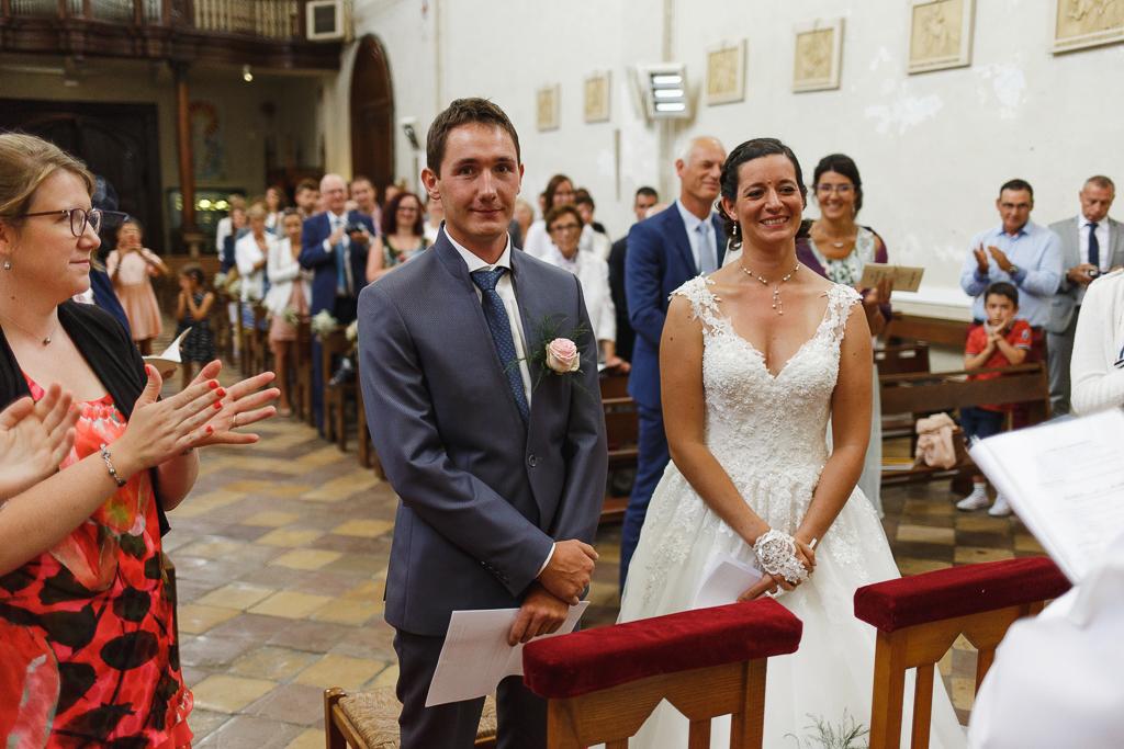 couple mariés applaudi par assistance cérémonie religieuse Licques Trois Pays