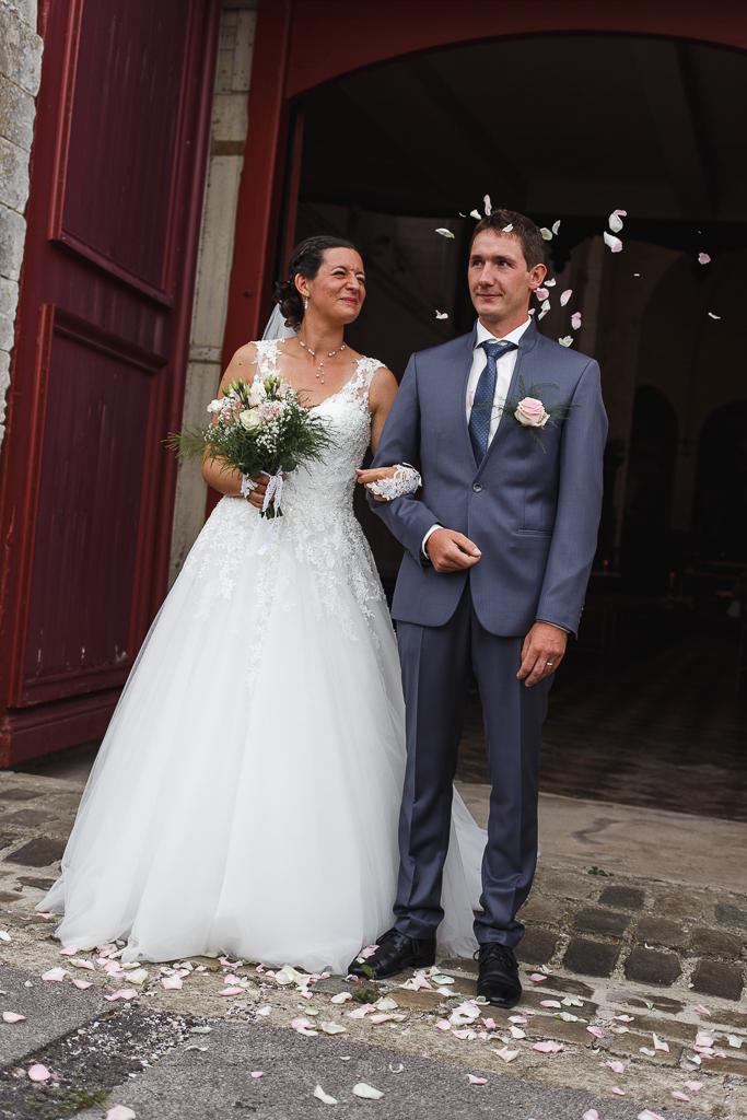 marié sous les pétales de roses sortie église du couple mariage à Licques Pas de Calais