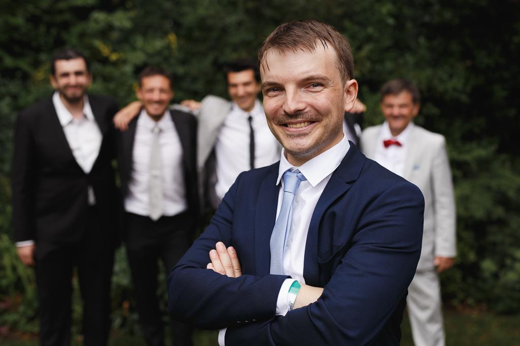 portrait marié devant groupe hommes invités mariage métropole lilloise Hauts de France