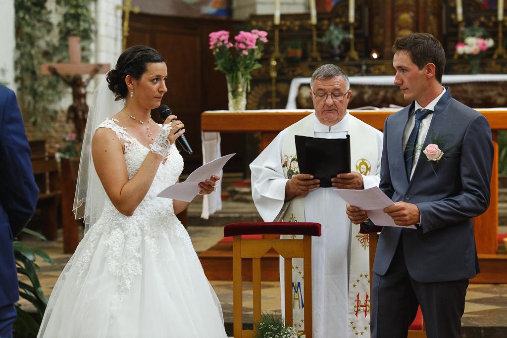 mariée au micro cérémonie religieuse église Licques photographe mariage pro Ardres Saint-Omer Hauts de France NPC