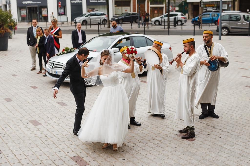 mariée danse sur parvis mairie Tourcoing et groupe de musique algérien
