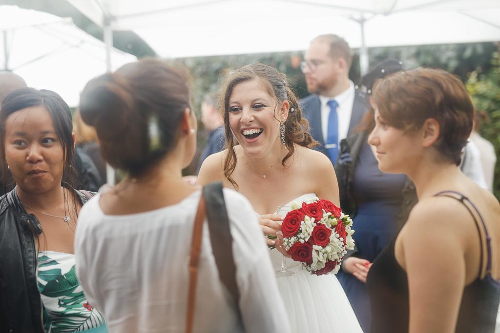 vin d'honneur mariée et invités à l'abri sous parasols mariage Nord
