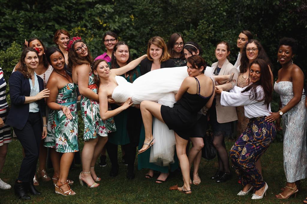 photo groupe bonne ambiance mariée soulevée par invitées mariage Marcq en Barœul et Tourcoing Nord