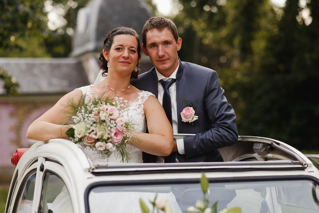 couple debout dans 2 CV mariage à l'accent rétro Côte d'Opale