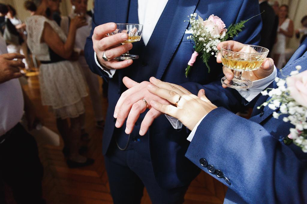 les mariés montrent leurs alliances cocktail mariage Nord Pas de Calais Avesnois