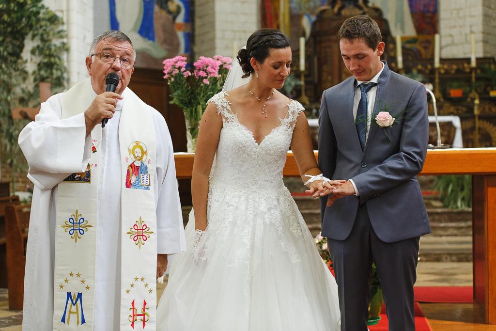 jeunes mariés regardent mains avec alliances mariage église Licques