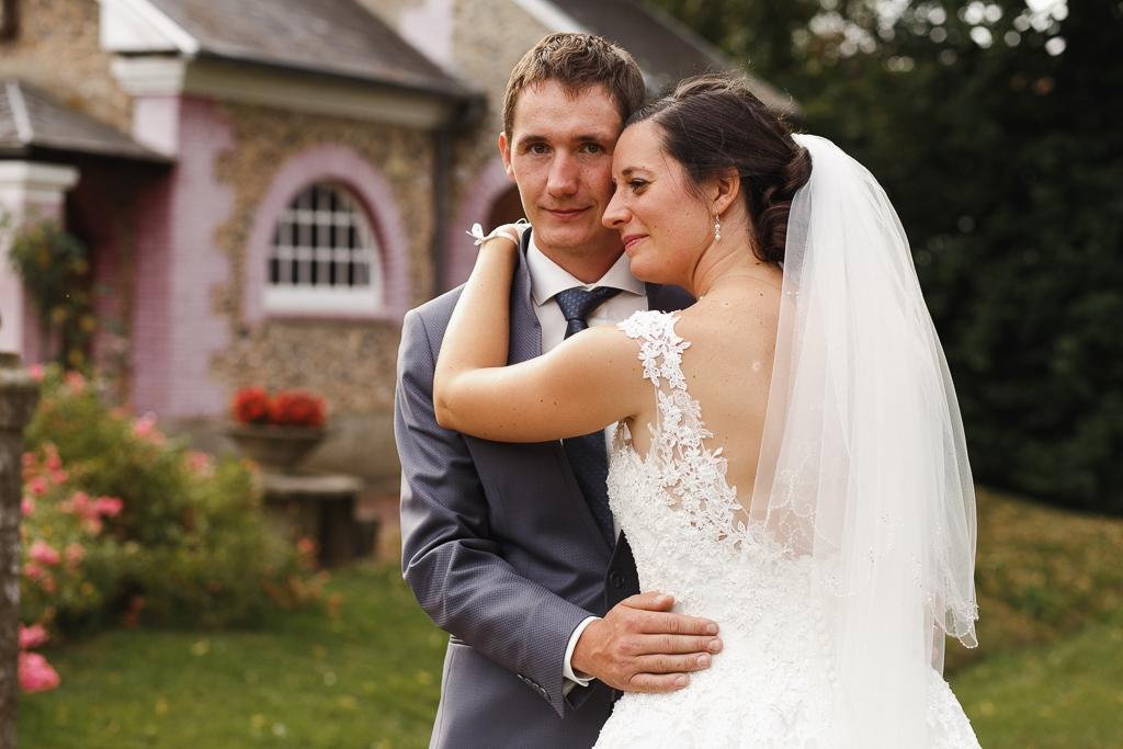 séance couple portrait mariés devant chapelle Licques Côte d'Opale photographe mariage professionnel Lille Hauts-de-France